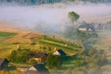 der Karpaten Dorf in den Morgen / ***