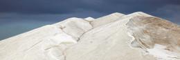 SALZBERG / Ein Salzberg in einer Saline auf der Insel Mallorca.