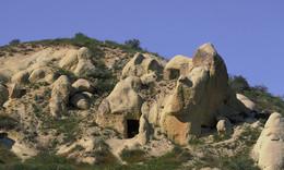 FELSENHÖHLEN / In Kappadokien / Türkei leben heute noch Menschen in diesen Felsen, in Höhlen. Die Felsen bestehen aus Tufstein.