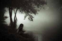 Das Mädchen vom Nebelfluss / 40 Sekunden Belichtung. Der Nebel am Abend lieferte das nötige Restlicht.