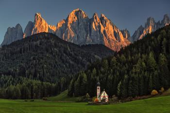 Villnöss / Kirche in Südtirol im Hintergrund die Geisler Spitzen