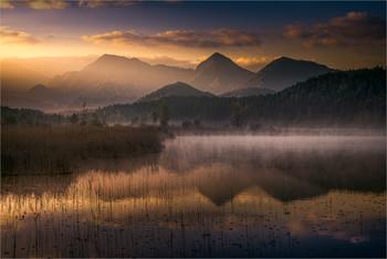 Turnersee / Je länger man im Dunkeln ausharren muss, desto mehr freut man sich über das Wunder des Sonnenaufgangs.  Morgens am Turnersee in Kärnten.